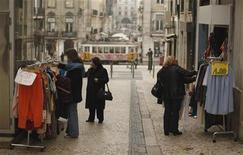 <p>Dans les rues de Lisbonne. Le Portugal n'a aucunement besoin de renégocier sa dette ni de solliciter une nouvelle aide qui viendrait s'ajouter à son sauvetage de 78 milliards d'euros, estime le Premier ministre Pedro Passos Coelho dans une interview publiée vendredi. /Photo prise le 26 janvier 2012/REUTERS/Rafael Marchante</p>