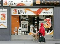 <p>Magasin spécialisé dans les télécoms, à Vienne. France Télécom va céder Orange Autriche au chinois Hutchison 3G, filiale du conglomérat Hutchison Whampoa, poursuivant ainsi ses cessions d'actifs à l'étranger. L'opération est valorisée à 1,3 milliard d'euros en incluant la dette d'Orange Autriche qui s'élève aux environs de 1,1 milliard d'euros. /Photo prise le 3 février 2012/REUTERS/Heinz-Peter Bader</p>