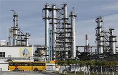 <p>Raffinerie Rosneft à Achinsk, en Russie. Le premier producteur de pétrole russe affiche une hausse de 19,7% de son bénéfice net 2011, ressorti à 12,45 milliards de dollars à la faveur du renchérissement des cours du brut. /Photo prise le 9 septembre 2011/REUTERS/Ilya Naymushin</p>