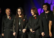 """<p>El baterista de Black Sabbath, Bill Ward, dijo que no participará en las grabaciones y en la gira que marcarán el reencuentro de la banda británica de heavy metal a menos que le ofrezcan un contrato que """"pueda firmarse"""". En la foto de archivo, Ward (I), Ozzy Osborne, Geezer Butler y Tony Iommi (D) en la rueda de prensa en que se anunció la reunión. Nov 11, 2011. REUTERS/David McNew</p>"""