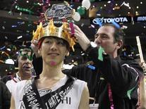 <p>Un Japonais a remporté vendredi la 20e édition du Wing Bowl en ingurgitant pas moins de 337 ailes de poulet en une demi-heure. DTakeru Kobayashi, 57 kg, a dominé 26 participants plus corpulents et remporté 20.000 dollars. /Photo prise le 3 février 2012/REUTERS/Tim Shaffer</p>