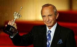 <p>U.S. actor Ben Gazzara holds his Donostia prize which was awarded in recognition of his lifetime achievement at the San Sebastian Film Festival in northern Spain September 22, 2005. REUTERS/Pablo Sanchez</p>