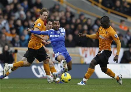 Chelsea's Ashley Cole (C) challenges Wolverhampton Wanderers' Emmanuel Frimpong (R) during their English Premier League football match at Molineux in Wolverhampton, central England January 2, 2012. REUTERS/Eddie Keogh