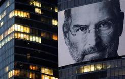 <p>Foto de archivo de una imagen gigante del rostro de Steve Jobs en el nuevo distrito financiero de Moscú. Oct 19 2011. REUTERS/Denis Sinyakov</p>