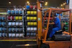 <p>Dans une usine Nexans. Le groupe français a annoncé lundi le rachat du fabricant américain de câbles pour équipements miniers, pétroliers et gaziers Amercable holdings pour 275 millions de dollars (environ 211 millions d'euros). /Photo d'archives/REUTERS</p>