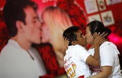 <p>زوجان يتنافسان في مسابقة أطول قبلة في تايلاند يوم الاحد - رويترز</p>