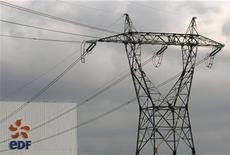 <p>EDF (+2,84%), plus forte hausse du CAC 40 à la mi-séance. L'opérateur profite des déclarations du gouvernement en faveur d'une prolongation de la durée de vie des centrales nucléaires dans le pays. /Photo d'archives/REUTERS/Vincent Kessler</p>