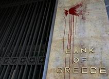 <p>La Banque de Grèce au lendemain d'une nuit de violence à Athènes. Un accord sur la participation du secteur privé à la restructuration de la dette de la Grèce devrait être annoncé après la réunion de l'Eurogroupe mercredi, selon des sources au fait des discussions. /Photo prise le 13 février 2012/REUTERS/John Kolesidis</p>