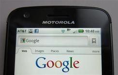 <p>La Commission européenne a autorisé lundi Google à racheter le fabricant de combinés mobiles Motorola Mobility pour la somme de 12,5 milliards de dollars. L'exécutif européen a cependant précisé qu'il surveillerait l'usage fait des brevets par Google afin de s'assurer que le droit de la concurrence est respecté. /Photo prise le 15 août 2011/REUTERS/Brendan McDermid</p>