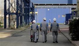 <p>La production industrielle dans la zone euro s'est contractée de 1,1% en décembre, légèrement moins que prévu. /Photo d'archives/REUTERS</p>