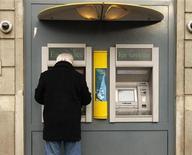 <p>Les valeurs financières, toujours étroitement corrélées aux aléas de la crise de la dette souveraine en zone euro, sont à suivre mardi à la Bourse de Paris où le CAC 40 s'est retourné à la hausse en fin de matinée. Les banques et assurances sont en nette baisse (Axa -2,05%, Société générale -2,09% ou BNP PARIBAS -0,89%) après que Moody's a placé la note de la France sous perspective négative. /Photo d'archives/REUTERS</p>