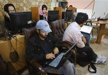 <p>Dans un cybercafé de Téhéran. Des millions d'Iraniens ont subi le week-end dernier de fortes perturbations de leurs boîtes mails et des réseaux sociaux, ce qui laisse penser que les autorités resserrent leur contrôle sur internet en vue des élections législatives du mois prochain. /Photo d'archives/REUTERS/Raheb Homavandi</p>