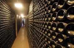 <p>Les exportations de vins et spiritueux français ont bondi de 10,5% à 10,1 milliards d'euros en 2011 grâce à la demande des pays émergents. Ces exportations ont représenté le deuxième poste excédentaire de la balance commerciale française derrière l'aéronautique. /Photo d'archives/REUTERS/Régis Duvignau</p>