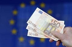 <p>La Commission européenne a annoncé jeudi s'attendre à une contraction de l'activité économique de 0,3% dans la zone euro en 2012 et une stagnation dans l'ensemble de l'Union européenne. L'exécutif communautaire indique par ailleurs s'attendre à une croissance modérée de 0,4% et 0,6% respectivement en France et en Allemagne. /Photo d'archives/REUTERS/François Lenoir</p>