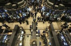 <p>Wall Street a ouvert en baisse jeudi, les investisseurs digérant avec prudence les chiffres hebdomadaires du chômage aux américain, qui signalent selon eux que l'économie du pays se redresse, mais à un rythme encore faible. Dix minutes après l'ouverture, le Dow Jones reculait de 0,38% (50 points) à 12.887 points. /Photo d'archives/REUTERS/Brendan McDermid (UNITED STATES)</p>
