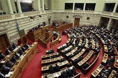 <p>Les députés grecs ont adopté jeudi l'accord sur l'échange de dette prévu dans le cadre du second plan de sauvetage de la Grèce qui doit éviter que le pays ne sombre dans la faillite. /Photo d'archives/REUTERS/John Kolesidis</p>
