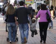 <p>L'indice de confiance des ménages est quasiment stable en France en février par rapport au mois précédent, selon l'Insee. /Photo d'archives/REUTERS/Darren Staples</p>