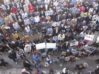 <p>متظاهرون ضد الرئيس السوري بشار الاسد بالقرب من حمص يوم الجمعة. صورة لرويترز تستخدم للاغراض التحريرية فقط ويحظر بيعها للحملات التسويقية او الدعائية</p>