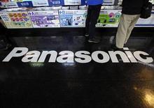 <p>Foto de archivo del logo de la firma Panasonic en una tienda de artículos electrónicos en Tokio, feb 28 2012. El fabricante japonés de electrónica Panasonic, que se encamina a unas pérdidas récord de casi 10.000 millones de dólares, nombró como nuevo presidente al responsable de su deficitario negocio de televisión y prometió volver a tener resultados positivos en dos años. REUTERS/Toru Hanai</p>