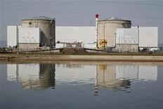 <p>Une fermeture rapide de la centrale nucléaire de Fessenheim, en Alsace, pourrait mettre le réseau électrique à rude épreuve des deux côtés du Rhin et faire grimper les prix lors des pics de consommation, selon des analystes et traders, qui estiment que le calendrier sera déterminant pour les opérateurs du réseau comme pour le marché car ils auront besoin de plusieurs mois pour s'adapter. /Photo prise le 10 avril 2011/REUTERS/Vincent Kessler</p>