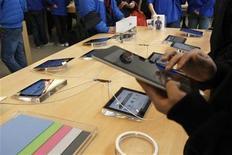 <p>Imagen de archivo de un cliente con un iPad 2 de Apple en una tienda de la firma en Shanghái, feb 29 2012. Apple está apostando a que un iPad con tecnología 4G convencerá a los consumidores estadounidenses de pagar más y así poder ver videos con gran calidad, a la vez que proporcionará mayores ingresos a Verizon Wireless y AT&T. REUTERS/Aly Song</p>