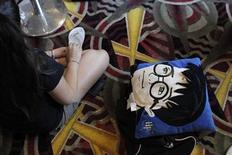 """<p>Foto de archivo de una seguidora de Harry Potter esperando en un cine para ver en Nueva York """"Harry Potter and the Deathly Hallows - Part 2"""". El nuevo sitio de internet de la escritora J.K. Rowling """"Pottermore"""", que permitirá a sus seguidores navegar por el mundo del niño mago Harry Potter y adquirir mercadería como libros electrónicos, será inaugurado en abril. Jul 14, 2011. REUTERS/Lucas Jackson</p>"""