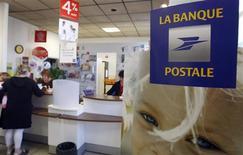 <p>La Banque postale, filiale bancaire de La Poste, a indiqué mardi qu'elle avait augmenté l'an dernier ses prêts aux autres banques françaises, confrontées à partir de l'été à des difficultés de refinancement au plus fort de la crise de la dette dans la zone euro. /Photo d'archives/REUTERS/Régis Duvignau</p>
