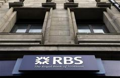 <p>Succursale de Royal Bank of Scotland (RBS) à Londres. RBS, en partie nationalisée, va supprimer en net approximativement 300 postes. De son côté, Lloyds a dit qu'elle supprimait 1.600 emplois dans le cadre d'un plan plus large annoncé l'an passé, lequel prévoit l'élimination de 15.000 postes et la réduction de moitié la présence de la banque en partie nationalisée à l'international. /Photo prise le 13 mars 2012/REUTERS/Stefan Wermuth</p>