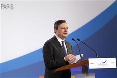 <p>Au cours d'une intervention à Paris consacrée à la compétitivité, le président de la Banque centrale européenne Mario Draghi a déclaré que la zone euro était en train de se stabiliser mais que son intégrité future dépendrait des réformes de structure entreprises par les Etats membres. /Photo prise le 13 mars 2012/REUTERS/Benoît Tessier</p>