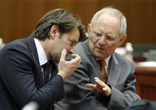 <p>Les ministres des Finances français et allemand, François Baroin et Wolfgang Schäuble, ont déclaré mardi que les problèmes de la zone euro n'étaient pas réglés mais que des signaux permettaient d'entrevoir une sortie de crise. Lors d'une intervention sur l'avenir de la zone euro, les ministres ont loué l'action de la Banque centrale européenne et estimé que les pays européens devaient maintenir le cap des réformes, notamment la réduction des déficits publics. /Photo prise le 13 mars 2012/REUTERS/Eric Vidal</p>