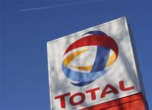 <p>Le Qatar est devenu le troisième actionnaire de Total en acquérant depuis l'été dernier 2% du capital du groupe pétrolier, rapporte le journal Les Echos dans son édition datée de mercredi. /Photo d'archives/REUTERS/Stephen Hird</p>