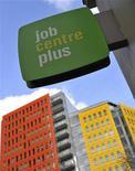 <p>Agence pour l'emploi à Londres. Le taux de chômage britannique s'est maintenu à 8,4%, son niveau le plus élevé en 13 ans au cours des trois mois à fin janvier, tandis que la proportion de jeunes privés d'emploi culmine à un niveau historique, montrent les chiffres publiés mercredi par l'Office national de la statistique (ONS). /Photo prise le 16 février 2011/REUTERS/Toby Melville</p>