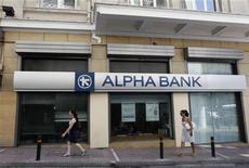 <p>La banque grecque Alpha Bank va abandonner son projet de fusion avec Eurobank, invoquant l'impact de l'opération d'échange de dette souveraine grecque sur les deux établissements de crédit. /Photo prise le 29 août 2011/REUTERS/John Kolesidis</p>