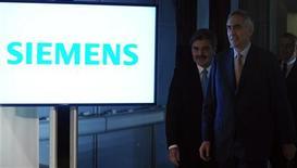 <p>Peter Löscher, le président du directoire de Siemens, accompagné du directeur financier Joe Kaeser (à gauche), lors d'une réunion des actionnaires du groupe. Siemens a proposé des concessions à la Commission européenne dans le cadre d'une enquête sur Areva NP, coentreprise spécialisée dans les réacteurs nucléaires qu'il avait formée avec Areva. /Photo prise le 24 janvier 2012/REUTERS/Guido Krzikowski</p>