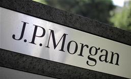 <p>Les valeurs bancaires seront particulièrement suivies mercredi à Wall Street au lendemain de la publication des résultats des tests de résistance annuels publiés par la Réserve fédérale américaine. JP MORGAN, qui a divulgué l'information en ce qui la concerne mardi en toute fin de séance, a fini en hausse de plus de 7% à 43,39 dollars. /Photo d'archives/REUTERS/Lucy Nicholson</p>
