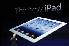 <p>Foto de archivo de Tim Cook, presidente ejecutivo de Apple, durante la presentación del nuevo iPad en San Francisco, mar 7 2012. Apple Inc está recibiendo un récord de pedidos anticipados de su nuevo iPad y la espera para el despacho de la tableta ahora alcanza a entre dos y tres semanas, dijeron analistas de Canaccord Genuity, quienes ahora prevén que la compañía venda este año 65,6 millones de unidades del producto. REUTERS/Robert Galbraith</p>