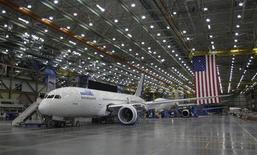 """<p>Le responsable de la filiale avions commerciaux de Boeing confirme que le problème de """"délamination"""" survenu en février sur le 787 Dreamliner pouvait être corrigé et que l'objectif de livraison des appareils sera atteint pour cette année. /Photo prise le 17 février 2012/REUTERS/Jason Reed</p>"""