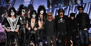 <p>Los integrantes de los grupos Kiss (izquierda en la imagen) y Mötley Crüe durante una conferencia de prensa para anunciar una gira en conjunto en Hollywood, mar 20 2011. Dos potentes grupos que han deleitado a aficionados a la música rock durante más de cuatro décadas, Kiss y Motley Crue, dieron a conocer planes para realizar una gira conjunta por más de 40 ciudades de Estados Unidos este verano. REUTERS/Mario Anzuoni</p>