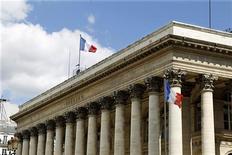 <p>Les marchés boursiers mondiaux hésitent vendredi, les investisseurs s'interrogeant sur les perspectives de croissance. A Paris, à la mi-séance, le CAC 40 recule de 0,8% à 3.443,28 points. Le Dax 30 cède 0,58% et le FTSE 0,47%. /Photo d'archives/REUTERS/Charles Platiau</p>