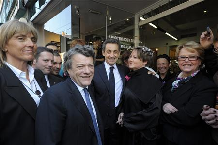 France's President and UMP party candidate for the 2012 French presidential elections Nicolas Sarkozy (C) poses with women outside a hair salon during a campaign visit with former Ecology Minister Jean-Louis Borloo (2nd L) and Senator and former junior minister Valerie Letard (L) in Valenciennes, northern France March 23, 2012. REUTERS/Philippe Wojazer