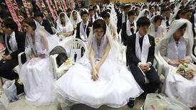 <p>Environ 2.500 couples membres de la secte Moon ont échangé samedi des voeux de mariage dans un stade de Gapyeong, à 75 km de Séoul, où ils ont été bénis par le fondateur de la secte de l'Eglise de l'unification, le révérend Sun Myung Moon, 92 ans. /Photo prise le 24 mars 2012/REUTERS/Lee Jae-Won</p>