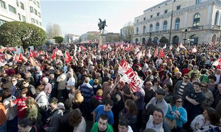 Protesters gather during a demonstration against labour reform in central Burgos, Spain, March 29, 2012. REUTERS/Felix Ordonez