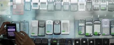 <p>Le concepteur britannique de puces informatiques ARM Holdings a créé une coentreprise avec le fabricant de cartes à puces Gemalto et le groupe allemand Giesecke & Devrient pour améliorer la sécurité des services accessibles sur smartphones et tablettes. Les trois sociétés veulent ainsi aider à l'adoption d'une norme commune en matière de sécurité sur les appareils mobiles. /Photo d'archives/REUTERS/Bazuki Muhammad</p>