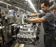 <p>La hausse des cours du pétrole a entraîné une augmentation plus forte que prévue des prix à la production dans la zone euro en février (+0,6% sur un mois, contre +0,4% attendu par les économistes), malgré le ralentissement de l'économie. /Photo prise le 24 janvier 2012/REUTERS/Michael Dalder</p>