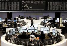 <p>Les Bourses européennes sont en recul à la mi-séance: à Paris, le CAC 40 cède 0,44%, à Francfort, le Dax recule de 0,08% et à Londres, le FTSE abandonne 0,22%. /Photo prise le 3 avril 2012/REUTERS/Remote/Amanda Andersen</p>