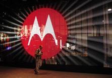 <p>Le stand Motorola au Consumer Electronics Show (CES), à Las Vegas. Motorola l'une des valeurs à suivre sur les marchés américains, alors que la Commission européenne a annoncé enquêter sur le fabricant de téléphones portables pour vérifier si ce dernier a enfreint le droit de la concurrence en appliquant des redevances présumées excessives à Microsoft et Apple pour l'usage de ses brevets. /Photo d'archives/REUTERS/Rick Wilking</p>