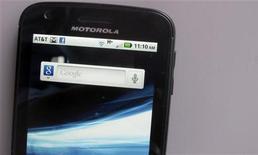 <p>La Commission européenne enquête sur Motorola Mobility pour vérifier si ce dernier a enfreint le droit de la concurrence en appliquant des redevances présumées excessives à Microsoft et Apple pour l'usage de ses brevets. /Photo prise le 15 août 2011/REUTERS/Brendan McDermid</p>