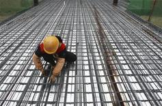 <p>Ouvrier sur un site de construction à Suining, dans la province chinoise du Sichuan. La Chine poursuivra cette année une politique monétaire prudente et une politique budgétaire engagée pour parvenir à une croissance économique relativement soutenue, selon un haut fonctionnaire chinois. /Photo prise le 15 décembre 2011/REUTERS</p>