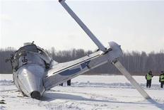 <p>La compagnie UTair Aviation suspend tous ses vols sur ATR 72-200 en attendant la publication des résultats de l'enquête sur l'accident survenu lundi en Sibérie occidentale. /Photo prise le 2 avril 2012/REUTERS/Emergencies Ministry Press Service/Handout</p>