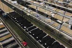<p>Les commandes à l'industrie ont rebondi en février aux Etats-Unis et les entreprises ont accru leurs commandes de biens d'équipement, ce qui laisse pense que le secteur industriel conserve un certain dynamisme en dépit de signes de ralentissement de la croissance. /Photo d'archives/REUTERS/Lucy Nicholson</p>